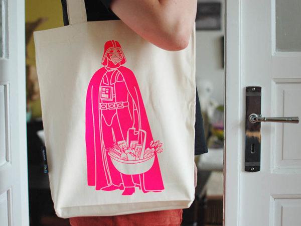 Tasche witziger Baumwollbeutel Shopper Organic Cotton Fair Trade Darth Natur Neon pink Tragebild